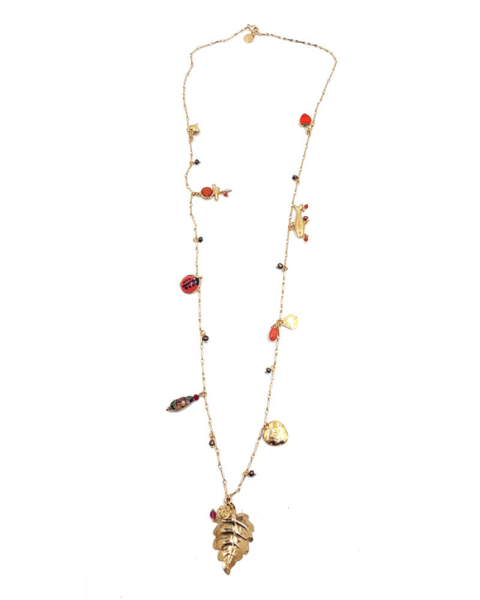 Collar largo bañado en oro de 24k compuesto por abalorios en nácar y dorados con hoja dorada central.