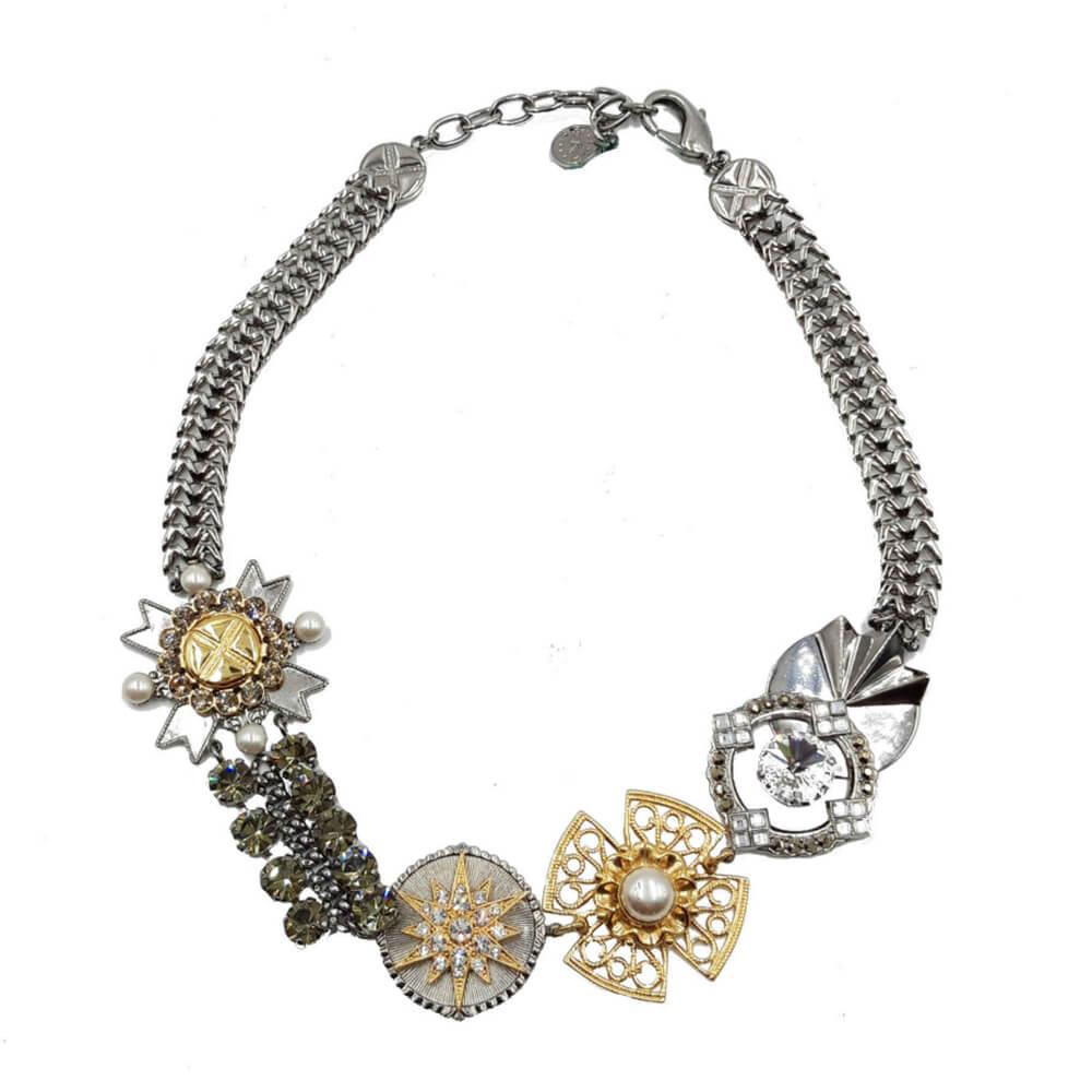 Gargantilla plateada y dorada con abalorios, perlas y swarovski.