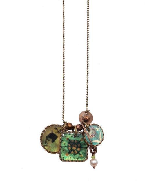 Este collar largo se hace a mano, utilizando un proceso de esmaltado en nácar tahitiano. Las ilustraciones esmaltadas provienen de antiguos documentos y tejidos acumulados a lo largo del tiempo, o simplemente nacidos de la imaginación.
