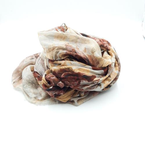Fular en tonos marrones y burdeos, estampado de flores. 85% modal 15% seda. 140 X 130 cm.