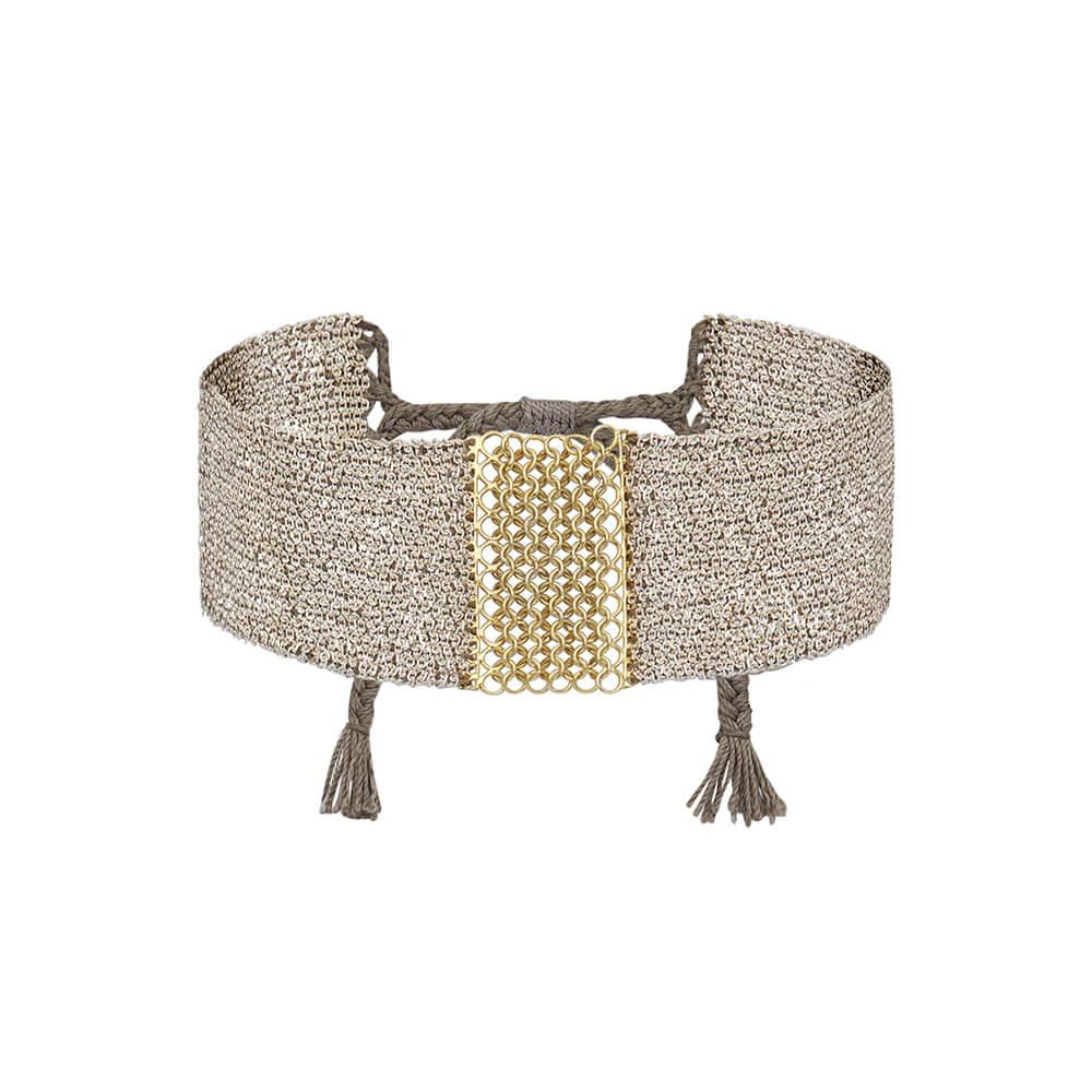 Brazalete de malla con hilo de plata 925, hilo de seda y centro adornado con cadena de mini círculos de oro.