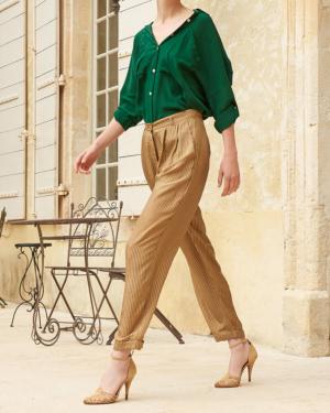 Pantalones de seda en color arena, delicadamente rayados, los volúmenes son flexibles, las piernas son rectas. Los bolsillos con aberturas, el cinturón clásico en la cintura y el puño en la parte inferior brindan comodidad y crean un movimiento delicado sin dejar de ser fácil de usar.