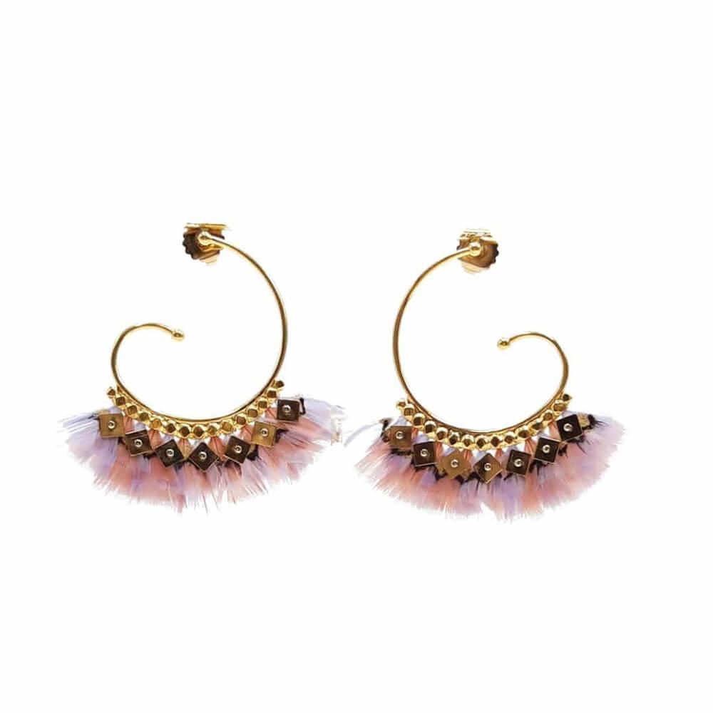 Pendientes en forma de espiral bañados en oro de 24k decorados con auténticas plumas teñidas. Las plumas enmarcan delicadamente la cara cuando se usan. Largo: 6,8 cm. Diámetro del anillo: 4 cm.
