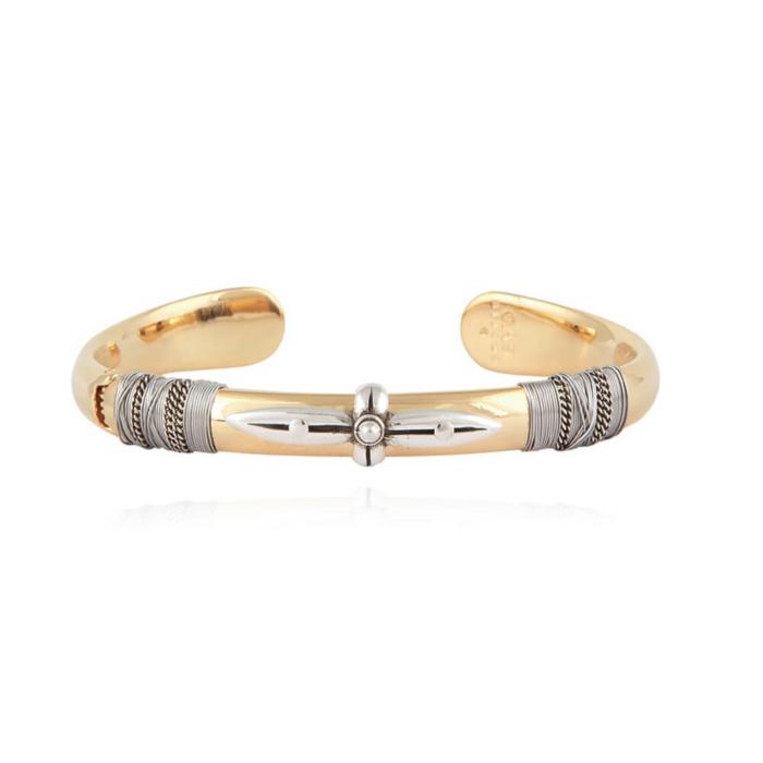 Pulsera abierta dorada envuelta en hilos metálicos en plata y centro adornado con cruz frontal bañada en plata. Metal bañado en plata y oro de 24k.