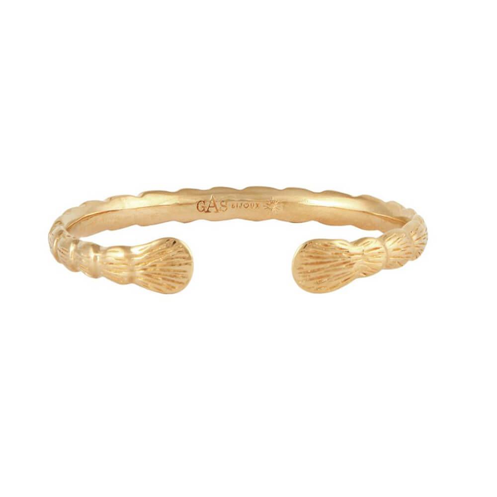 Pulsera abierta dorada rígida en forma de concha en sus terminales. Metal bañado en oro 24k.