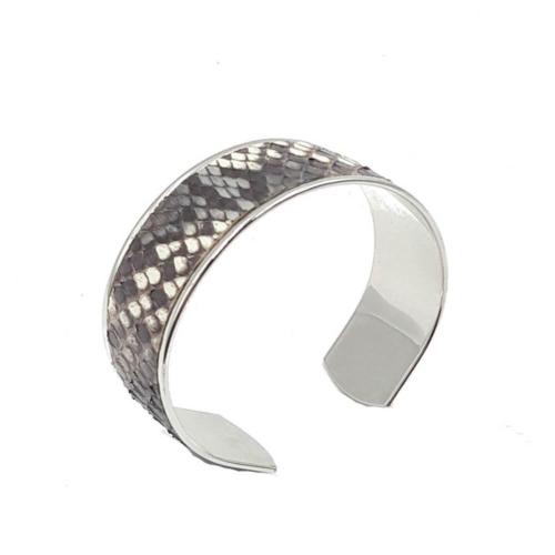 Brazalete ajustable con efecto piel de serpiente y bañado en plata.