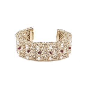 Brazalete ancho decorado con perlas de río y cristales Swarovski. Metal bañado en oro de 24k.