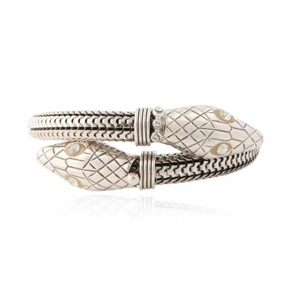 Pulsera flexible con forma de serpiente. Los ojos de las cabezas están adornados con cristales de Swarowski. Metal bañado en plata.