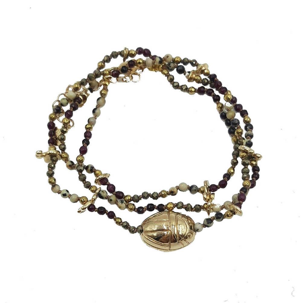 Pulsera de varias vueltas adornada con un escarabajo en baño de oro y cadena con piedras semipreciosas (Labradorita y hematites).