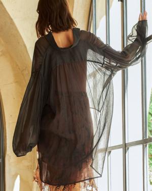 Camisa hecha de un velo de algodón brillante y provista de arrugas que le dan una caída elegante, con una espalda más larga y paneles largos en la parte delantera que puedes atar.