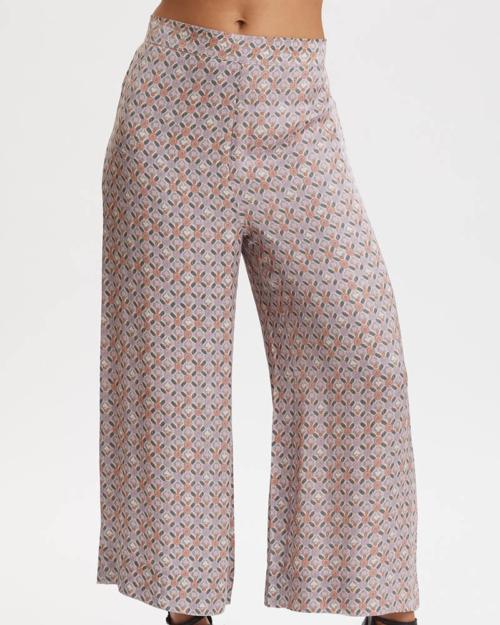 Pantalón tobillero, estampado en color lavanda.