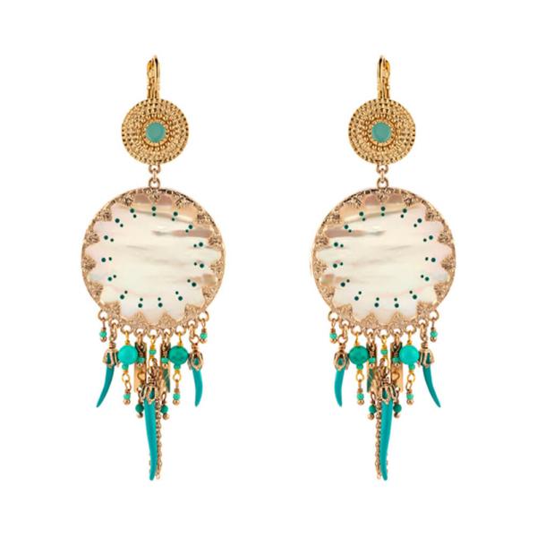 Pendientes largos bañados en oro de 18 quilates compuestos por nácar blanco y perlas japonesas y chiles lacados en rojo. Dimensiones: H9 x L3 cm