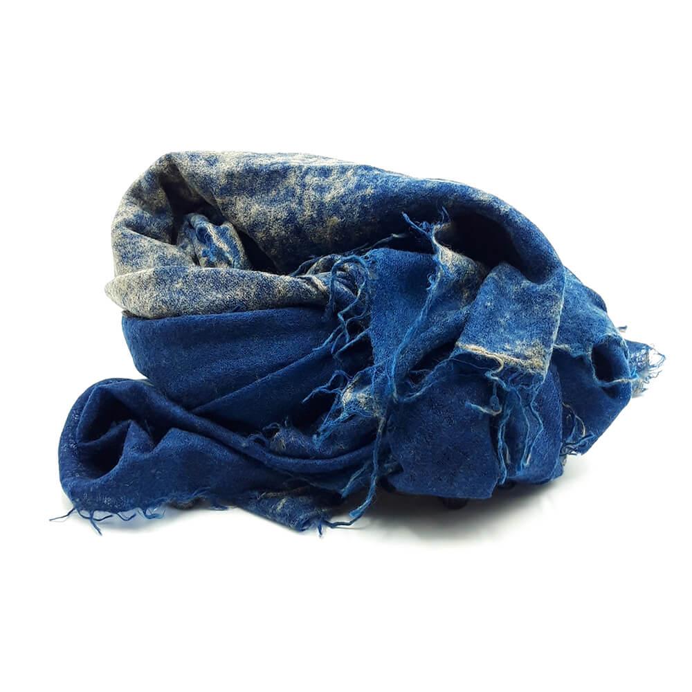 Fular de cashmere azul con tonos de color arena. 100% cashmere. El fino hilo de cachemira y fieltro hace que sea un accesorio exclusivo y delicado. Tratar con cuidado.