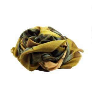 Fular de cashmere en tonos verdes y cúrcuma, con dibujo de estrella.. 100% cashmere. El fino hilo de cachemira y fieltro hace que sea un accesorio exclusivo y delicado. Tratar con cuidado.