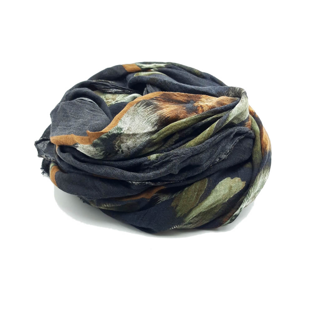 Fular en tonos marengos, con estampado de flores kaki y camel con hojas. 90% modal 10% seda. 140cm X 130cm.