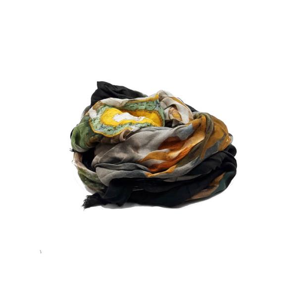 Fular en tonos multicolor, con dibujo de estilo romano y ángeles. 90% modal 10% seda. 140cm X 130cm.