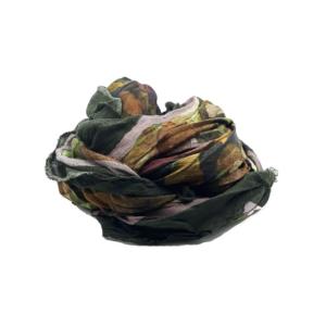 Fular en tonos verdes y morados con estampado de corazones. 90% modal 10% seda. 140cm X 130cm.