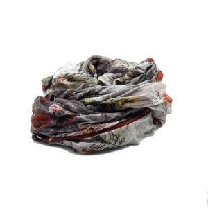 Fular en tonos rosas, rojos y marengo con estampado de mariposas. 90% modal 10% seda. 140cm X 130cm.