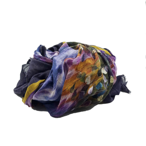 Fular en tonos lilas, mostazas, azules y verdes, con estampado de hojas y flores. 90% modal 10% seda. 140cm X 130cm.