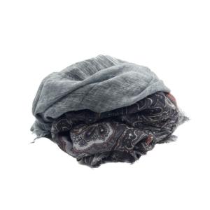 Fular de lana y cashmere a dos franjas, una gris y la otra en tonos grises, lilas, negros con dibujo abstracto. 42% modal, 43% lana y 5% cashmere, 5% algodón.