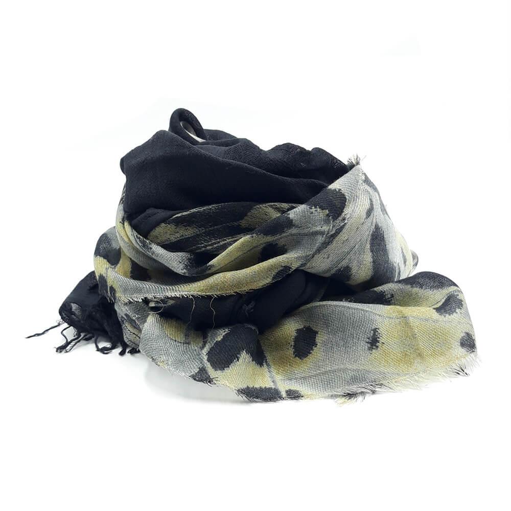 Fular de lana y cashmere a dos franjas, una negra y la otra en tonos verdes y negros con dibujo abstracto. 75% modal, 20% lana y 5% cashmere.