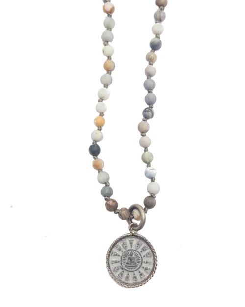 Un collar corto de piedras jaspe de 4 mm con un amuleto pequeño de Buda redondo. Longitud: 70 cm