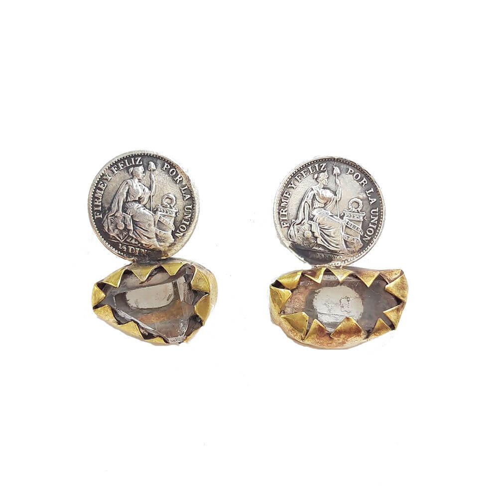 Pendientes hechos a mano, plateados y dorados con moneda y piedra. Tamaño aprox: 2,5cm de largo