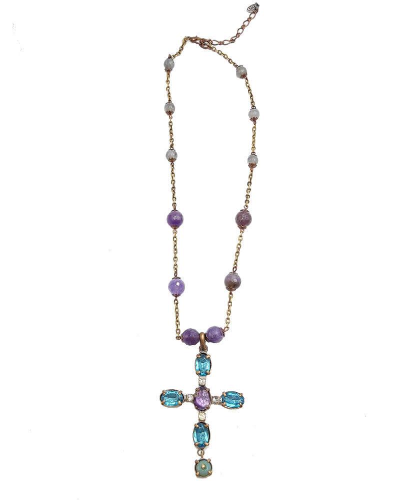 Gargantilla, con cadena fina decorada con bolas de cristal, hecha a mano en latón dorado oxidado con colgante de cruz adornado con cristales azules y lilas.
