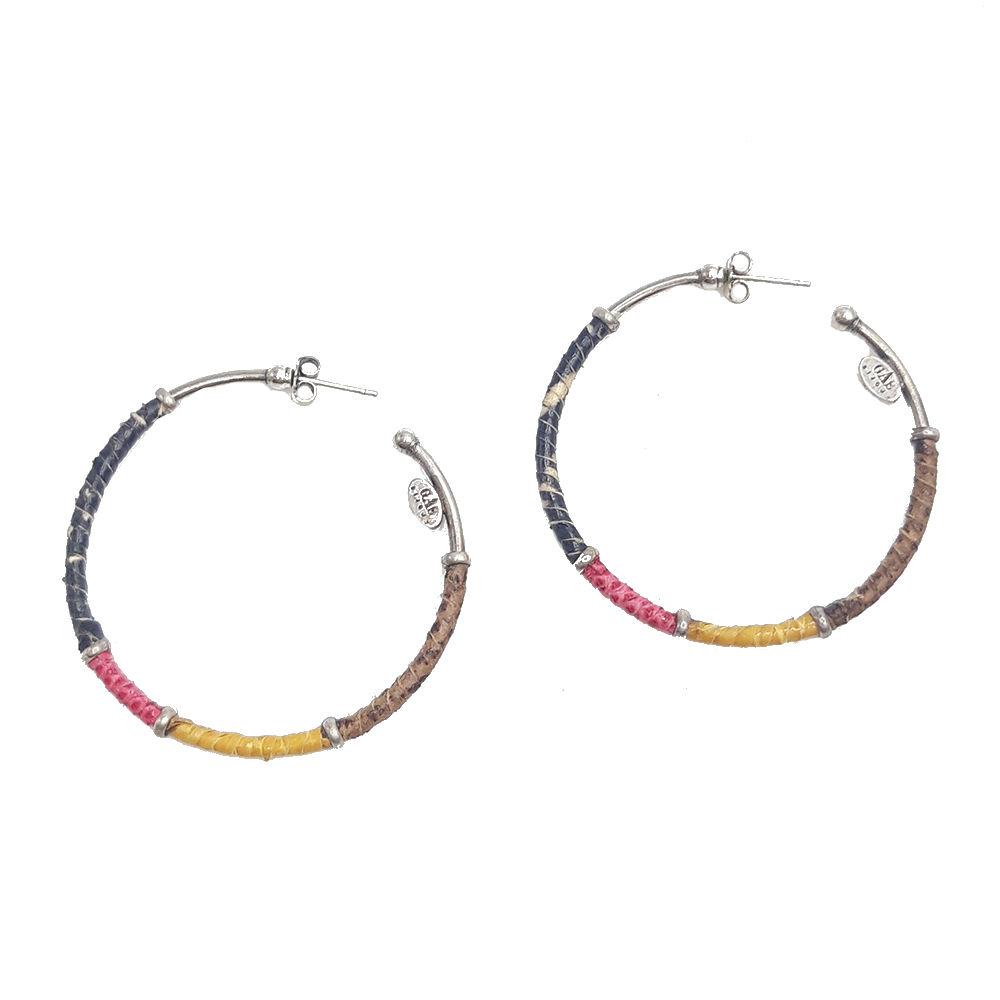Aros finos bañado en plata envueltos en tiras de piel auténtica teñida en varios colores. Diámetro: 4,5 cm