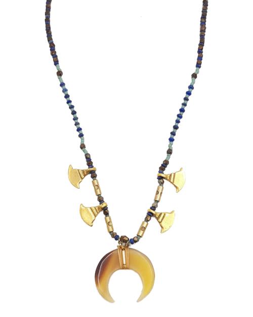 Gargantilla compuesta por una cadena de semillas formadas por lapislázuli y abalorios dorados. El colgante es una luna invertida hecha con cuerno.