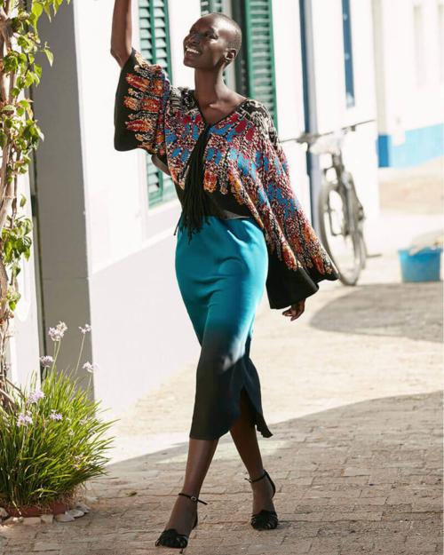 falda azul de seda